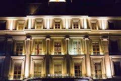 Genève/Schweiz 09 09 18: Ljus för natt för Genève för hotell för Metropole lyxinfall royaltyfria foton