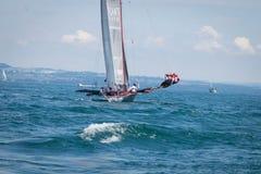 Genève/Schweiz -10 06 2018: Monohull segelbåt under Bol D ` eller regatta i Schweiz Arkivbild