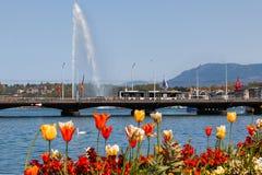 GENÈVE, SUISSE - 22 AVRIL 2019 : Vue au pont de Mont Blanc et d'eau de jet sur le lac geneva à Geneve photographie stock