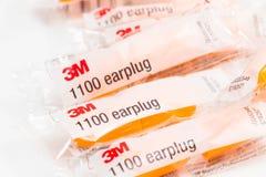 """Genève/Zwitserland †""""03 03 2019: Velen isoleerden de oranje bescherming van de oorstop tegen lawaai of zware geluiden stock foto's"""