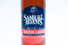 Genève Zwitserland - 10 06 2018: Bruine fles van Samuel Adams Boston-dichte omhooggaand van het lagerbierbier royalty-vrije stock fotografie