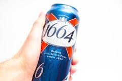 Genève/Zwitserland - 09 09 18: De hand van mensen die bier houden kan 1664 stock fotografie