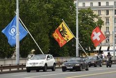 Genève, Zwitserland - Juni 05, 2017: Auto's en Zwitserse Vlag en Fla Stock Afbeelding