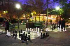 GENÈVE - ZWITSERLAND, 28 OKTOBER 2017: Mensen en stukkenreeks van het reuzeschaak in het Bastionenpark, Genève stock foto