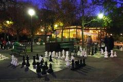 GENÈVE - ZWITSERLAND, 28 OKTOBER 2017: Mensen en stukkenreeks van het reuzeschaak in het Bastionenpark, Genève stock afbeeldingen