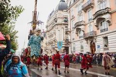 Genève, Zwitserland - September 30, 2017: De grootmoederreus die in de straat van Genève lopen Royalty-vrije Stock Foto's