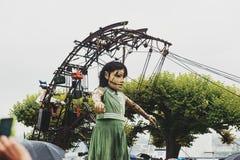 Genève, Zwitserland - September 30, 2017: Het kleine reuzemeisje die in de straat van Genève lopen Royalty-vrije Stock Afbeeldingen