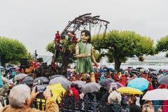 Genève, Zwitserland - September 30, 2017: Het kleine reuzemeisje die in de straat van Genève lopen Stock Foto's