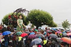 Genève, Zwitserland - September 30, 2017: Het kleine reuzemeisje die in de straat van Genève lopen Royalty-vrije Stock Foto's