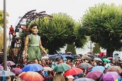 Genève, Zwitserland - September 30, 2017: Het kleine reuzemeisje die in de straat van Genève lopen Royalty-vrije Stock Afbeelding
