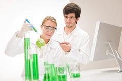 Genética - cientistas no laboratório Imagens de Stock Royalty Free
