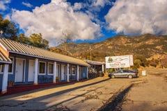 Gena ` s山脉旅馆汽车旅馆和餐馆在美洲杉国家公园附近 免版税库存照片