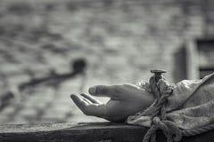 Genagelte Hand auf hölzernem Kreuz Stockfotografie