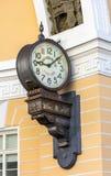 Genaue Stempeluhr im Bogen des Generalstabgebäudes Stockfotos