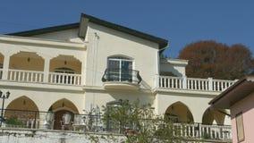 Genauer Blick am schönen Balkon der teuren Villa Runde metallische Knöpfe Hölzerner Gehweg stock video footage