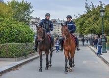 Gendarmar på hästrygg i Paris, Frankrike arkivbilder