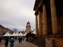 Gendarmenmarkt,一个正方形在柏林包括法国和德国教会和圣诞节市场 免版税图库摄影
