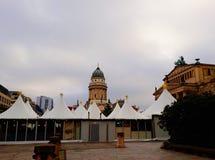 Gendarmenmarkt,一个正方形在柏林包括法国和德国教会和圣诞节市场 免版税库存图片