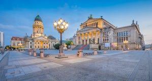 Gendarmenmarkt vierkant panorama bij schemer, Berlijn, Duitsland royalty-vrije stock foto