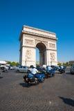 Gendarmerie die Arc DE Triomphe berijdt Royalty-vrije Stock Afbeelding