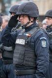 Gendarmerisoldaten ger officiellt en honnör Arkivbild