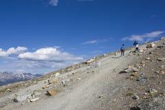 gående berg upp Arkivfoton