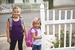 gående skola för barn till Royaltyfria Bilder