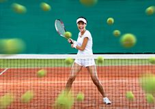 Gående tillbaka massor för idrottskvinna av tennisbollar Fotografering för Bildbyråer