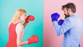 Gendergelijkheid De zakenman en de atletische vrouw hebben het in dozen doen strijd Paar in liefde die in het in dozen doen concu stock afbeelding