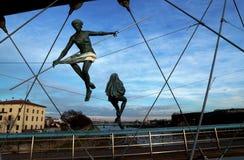 Gene Bernatek Footbridge em Krakow - figuras e estátuas na ponte foto de stock