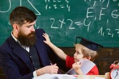 Gene com barba, professor ensina o filho furado, rapaz pequeno Furar estudando o conceito Criança alimentada acima com estudo, po imagem de stock royalty free