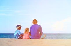 Gene com filho e a filha pequenos na praia Foto de Stock Royalty Free