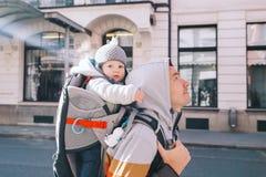 Gene com o filho da criança na trouxa do portador no centro velho de Ljubl fotografia de stock
