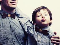 Gene com o filho nos bowties no fundo branco, olhar ocasional fotos de stock royalty free