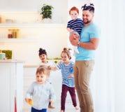 Gene com o penteado estranho que ocupa de crianças loucas em casa Imagens de Stock Royalty Free