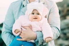 Gene com sua filha que joga na praia foto de stock royalty free