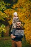 Gene com sua filha tem o divertimento e guarda-a em seus ombros imagens de stock royalty free