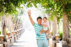 Gene com uma filha em jardins de Alfabia em Mallorca Foto de Stock Royalty Free