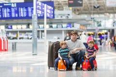 Gene e dois meninos pequenos do irmão no aeroporto Imagens de Stock Royalty Free