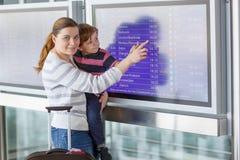 Gene e dois meninos pequenos do irmão no aeroporto Imagem de Stock Royalty Free