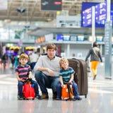 Gene e dois meninos pequenos do irmão no aeroporto Imagem de Stock