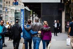 Gene e duas crianças que andam junto na 5a avenida em Yo novo Fotografia de Stock