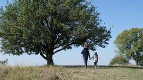 Gene e a filha dois que anda no prado Vista traseira filme