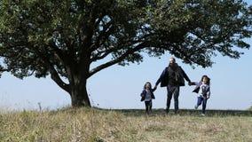 Gene e a filha dois que corre no prado video estoque