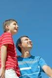 Gene e seu filho ao ar livre Foto de Stock Royalty Free