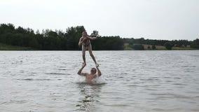 Gene e sua filha pequena que tem o divertimento no lago video estoque