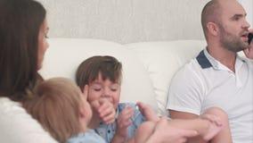 Gene a fala no telefone quando os rapazes pequenos que jogam com sua mãe no sofá filme