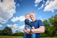 Gene guardar seu filho em suas mãos fora Fotos de Stock Royalty Free