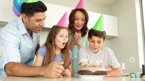 Gene a iluminação de velas no bolo de aniversário para seu filho video estoque
