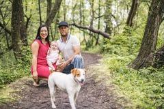 Gene Mother e o bebê da filha no parque do prado do verão imagem de stock royalty free